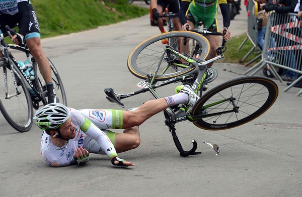 Simon Geschke falls heavily as the escape approaches the Cote de Stockeu - he'll remount and start again but then abandon...