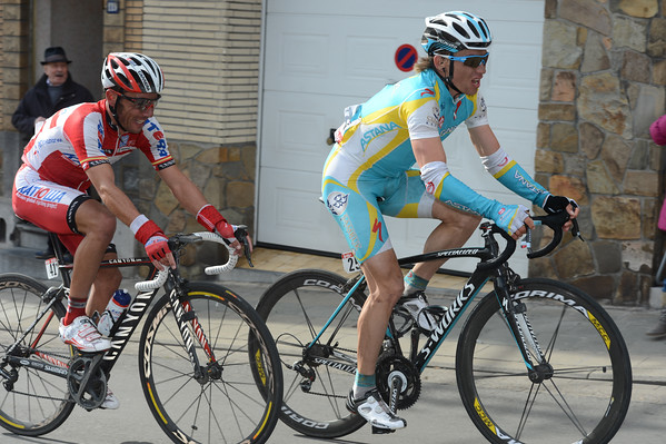 Iglinsky senses the weakness of Nibali and his travelling companion, Rodriguez - he's about to jump away..!