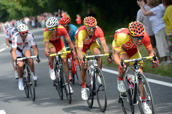 Four Spanish cyclists lead four Swiss cyclists and Vinokourov as the gap to the escape shrinks, as planned...