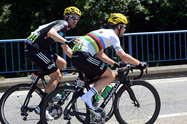 Cavendish gets a push from teamate Eisel as his right shoe is causing trouble...
