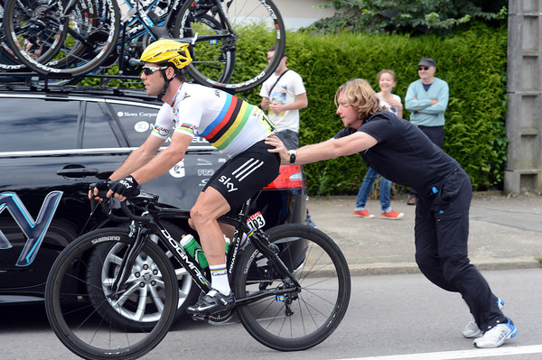 Mark Cavendish has stopped again for a shoe problem - his loyal mechanic makes another push back...