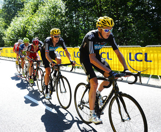 Chris Froome accelerates now, the lead group is down to six riders...