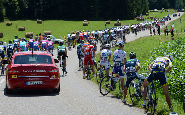 Parto of the peloton stops for a nature call - a sign that the Albasini escape is the good one today...