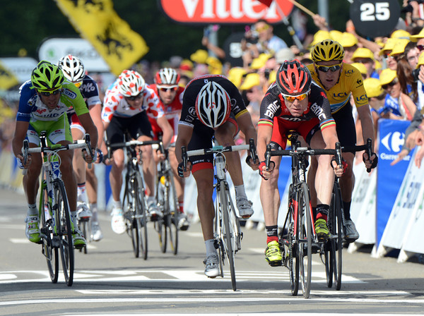 Cadel Evans wins the crowd-pleasing sprint from Tony Gallopin for 2nd-place, but there are no bonuses on offer...