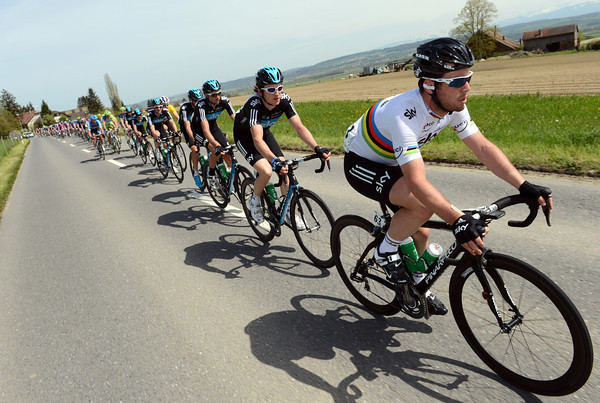 Look at this - Mark Cavendish takes his turn at the head of Sky's train..!