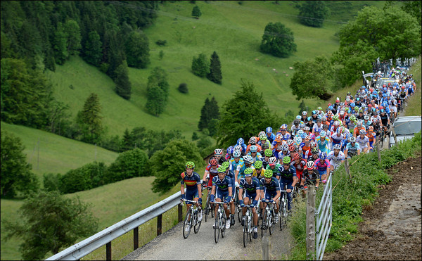 The compact peloton climbs the impressively steep Scheltenpass a few minutes behind the new escape...
