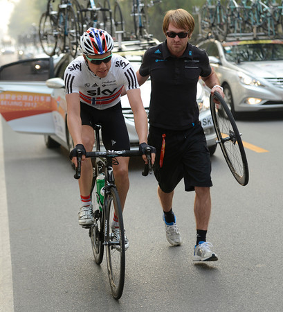 Edvald Boasson Hagen gets a wheel change from a Sky mechanic looking suspiciously like Boasson Hagen..!