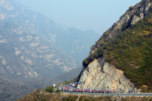 The peloton is now climbing above the levels of mist and smog in the Beijng area...