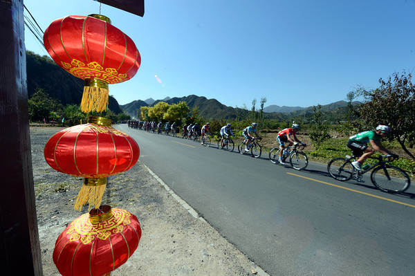 The peloton passes Chinese lanterns in pursuit of an early escape attempt...