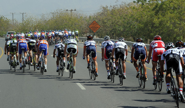 The peloton is momentarily split following the build-up to the bonus sprint...