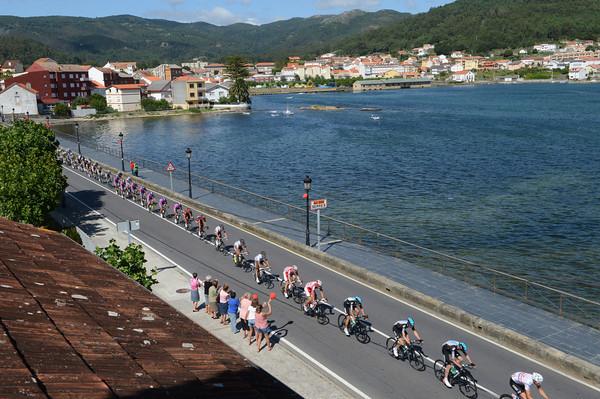 The peloton speeds through Serres with about 35-kilometres to go...