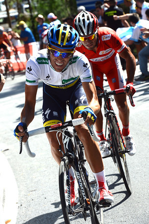 Contador sees the chance to profit and increases the pace in front...but it's hurting him!