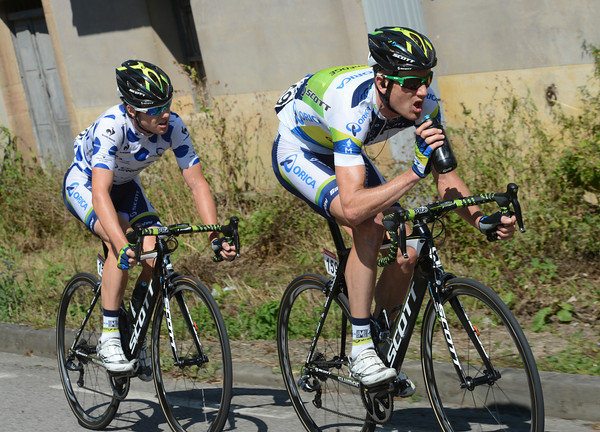 Peter Weening and Simon Clarke are trying to get ahead of the peloton to gain climbing points on the following ascent...