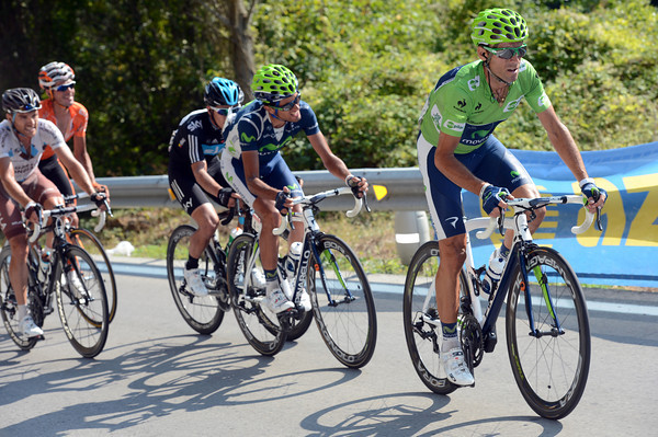 Valverde has come from behind, dropping Rodriguez, and caught the Henao group chasing Contador..!
