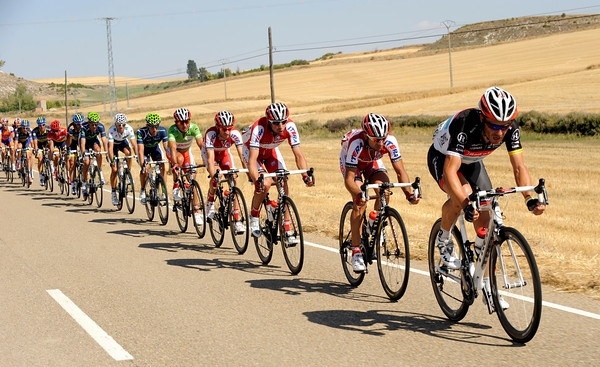 The chase pace is hotting up with Markel Irizar taking his turn in front of the peloton...