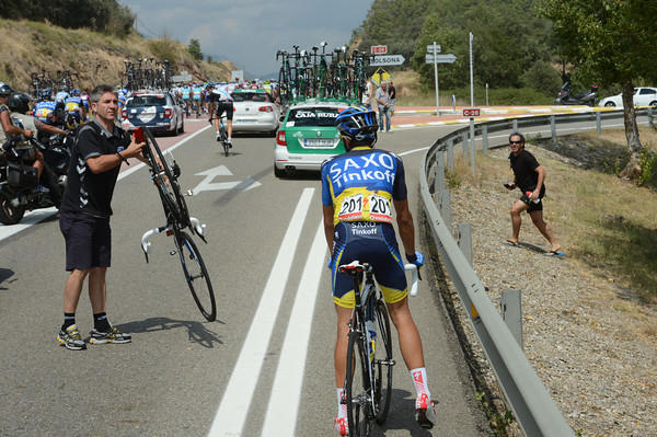 Contador's mechanic retrieves the new bike and prepares for the change...