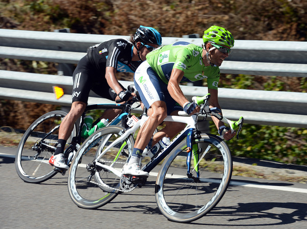 Alejandro Valverde descends the Puerto de Pajares at speed, as befits his green sprinter's jersey..!