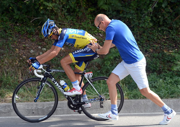 Alberto Contador gets a push from Bjarne Riis after changing to his climbing bike for the finale...