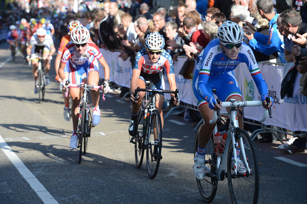 Noemi Cantele makes another move on the Cauberg - this one's for Italy..!