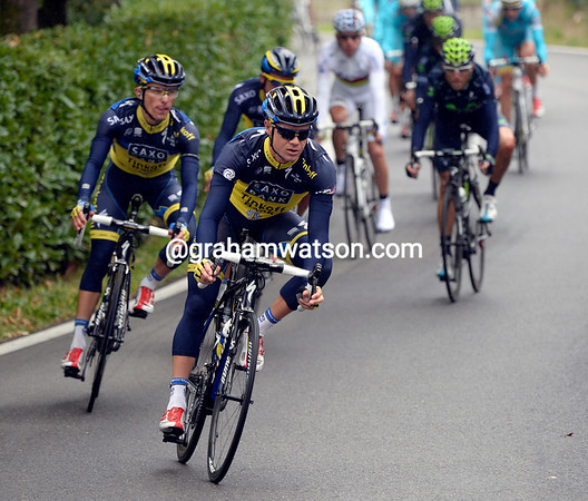 Nicholas Roche leads Saxo-Tnkoff down from the Valcava, they're the ones really doing the chasing...