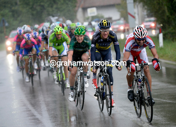 Caruso pulls the chasers along in the pouring rain - barely a minute separates Voeckler from this chase...