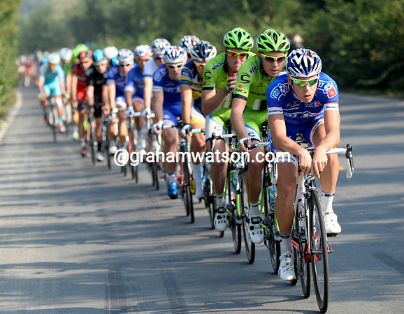 FDJ takes its turn in front, the gap is coming down quickly with a sudden headwind...