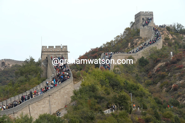 The corwds are massing on The Great Wall to see the Tour of Beijing...