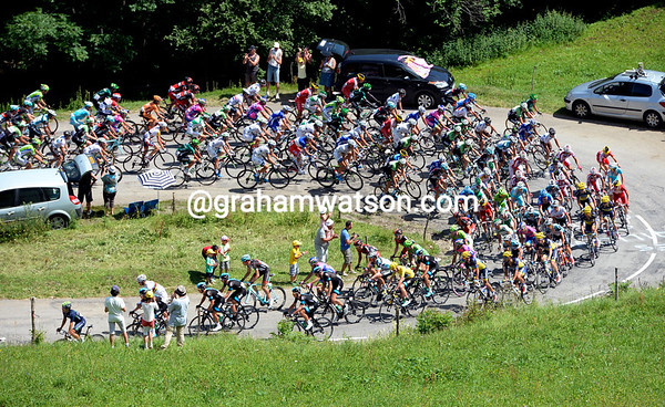 A peloton led by Movistar and Sky starts the Col des Prets with a one-minute lead...