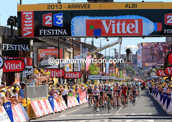 The finish timer (left) shows a massive 15-minute loss by Cavendish, Kittel and Greipel - they were dangerously close to being out of the time-limit today..!