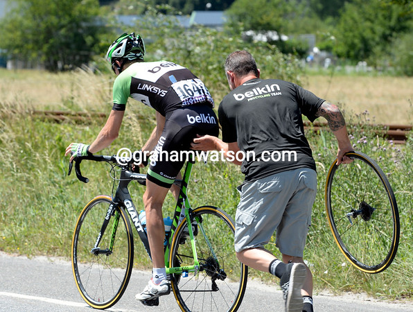 Bauke Mollema needs a quick wheel-change to get himself back into the leading peloton...