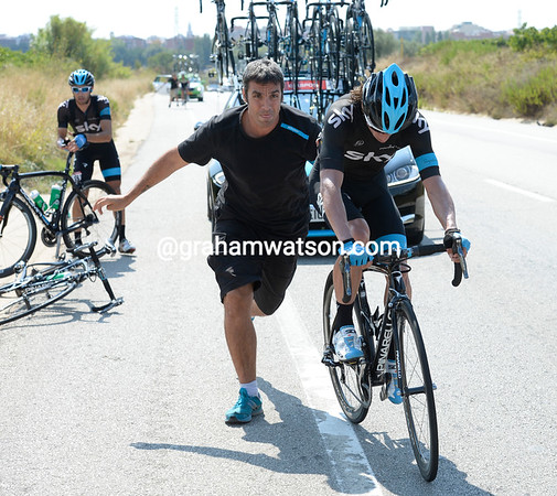 Rigoberto Uran needs to make a bike change - the escape has a chance to succeed because of this...