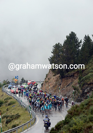 The peloton is re-grouping as Astana let's this new escape make progress in front...