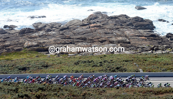 The peloton encounters the winds off the Atlantic Ocean as it closes in on the escape with 20-kilometres to go...