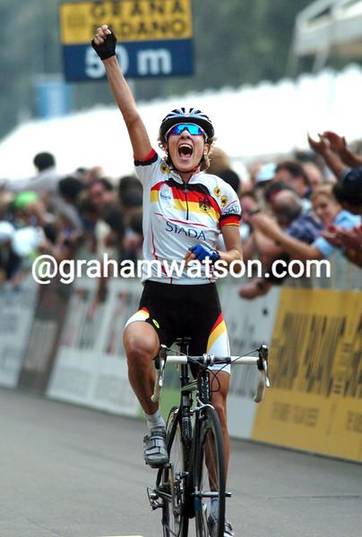 Judith Arndt wins the 2004 womens road race title
