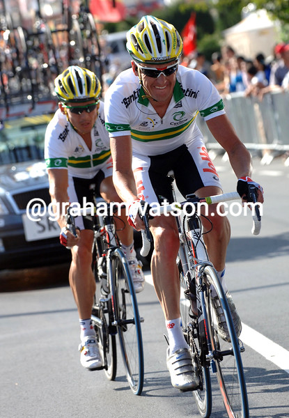 NICK GATES PACES ROBBIE MCEWEN BACK TO THE RACE AFTER A BIKE CHANGE IN THE ELITE MEN'S ROAD RACE IN SALZBURG