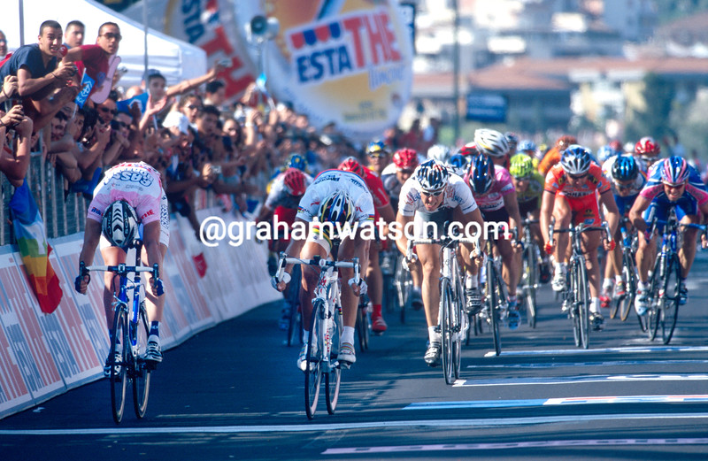 Alessandro Petacchi (left) beats Mario Cipollini in a stage of the 2003 Giro d'Italia, at Catania