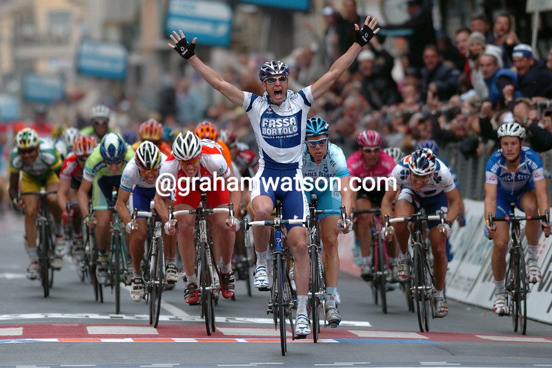 Alessandro Petacchi wins the 2005 Milan-San Remo