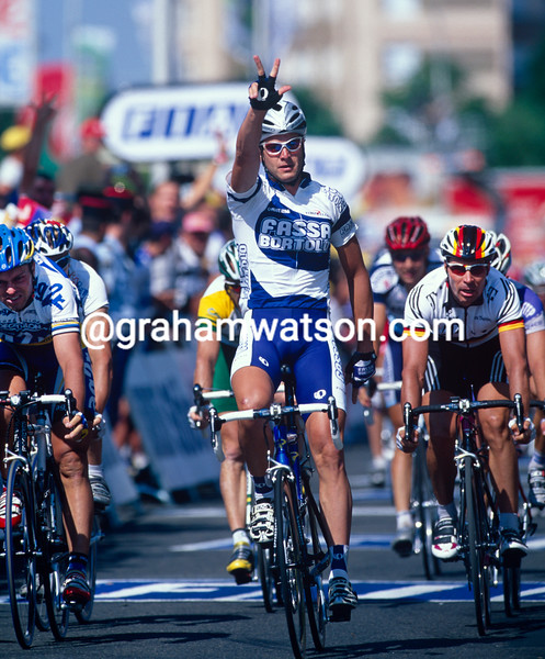 Alessandro Petacchi wins a stage into Lyon in the 2003 Tour de France