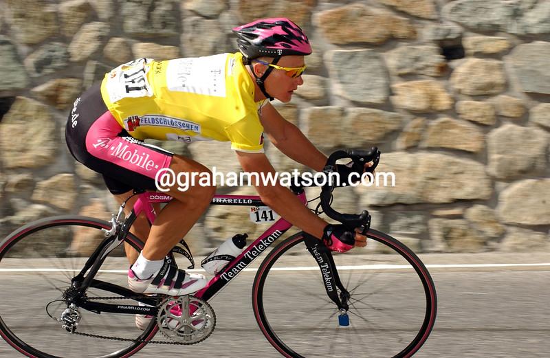 Alexandre Vinokourov descends the Albuela Pass in the 2003 Tour de Suisse
