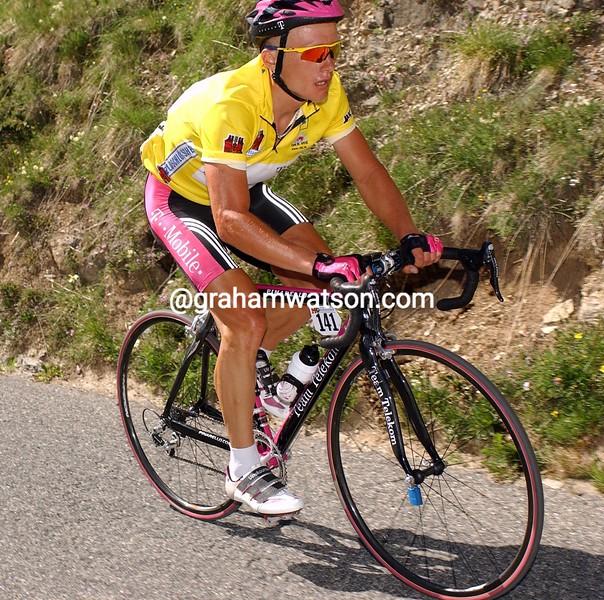 Alexandre Vinokourov climbs the Albuela Pass in the 2003 Tour de Suisse