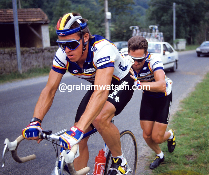 Allan Peiper gives Phil Anderson a helping hand in the 1987 Tour de France