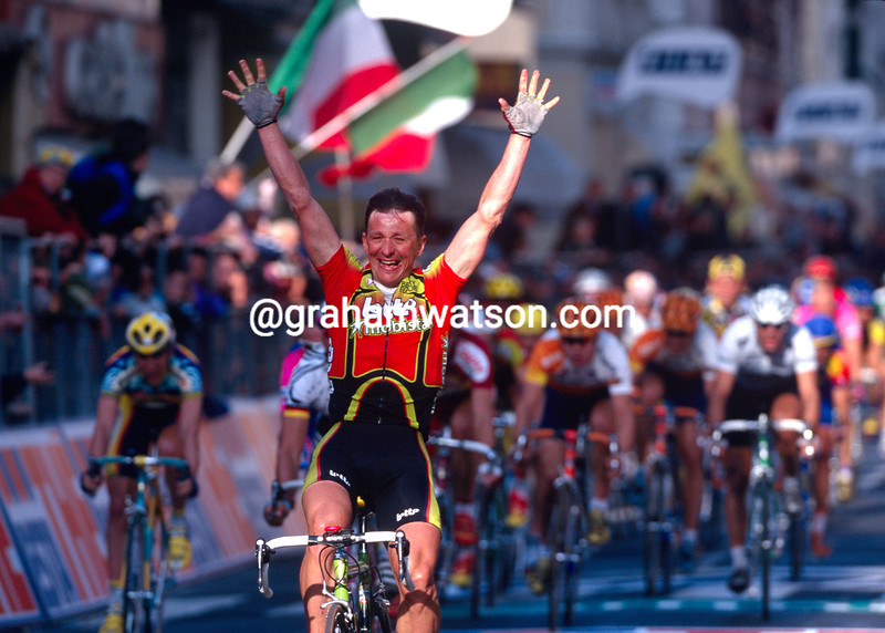 Andre Tchmil wins the 1999 Milan-San Remo