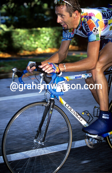 Andrea Tafi on his way to winning Paris-Tours in 2002