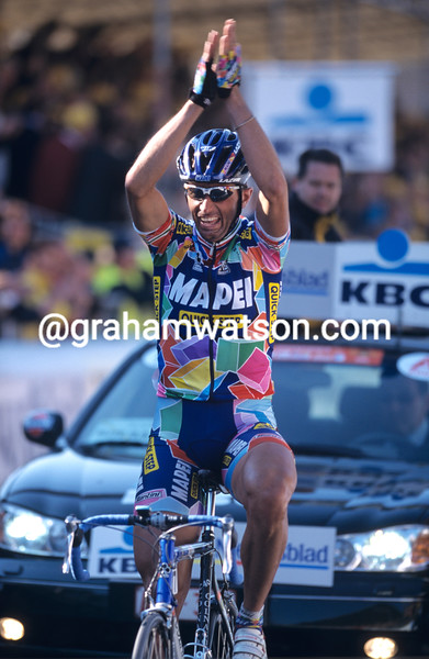 Andrea Tafi on his way to winning the Tour of Flanders in 2002