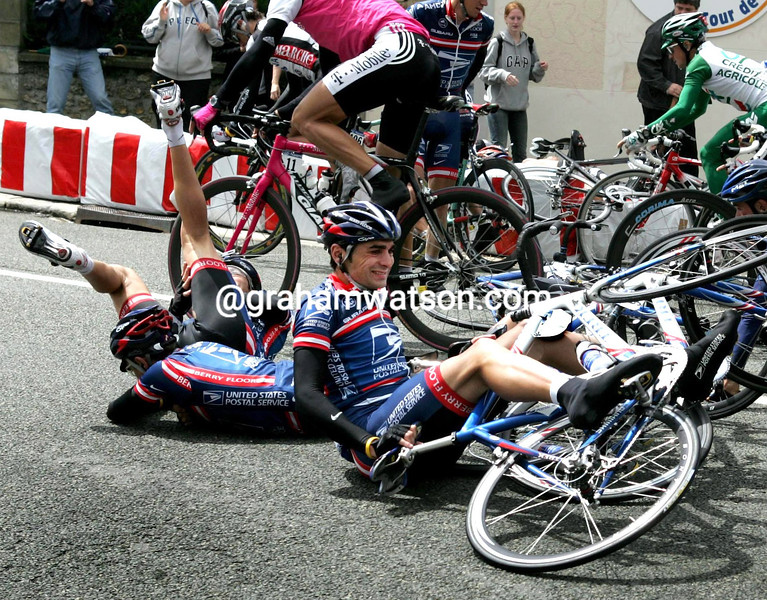 BENJAMIN NOVAL CRASHES IN A STAGE OF THE 2004 TOUR DE FRANCE