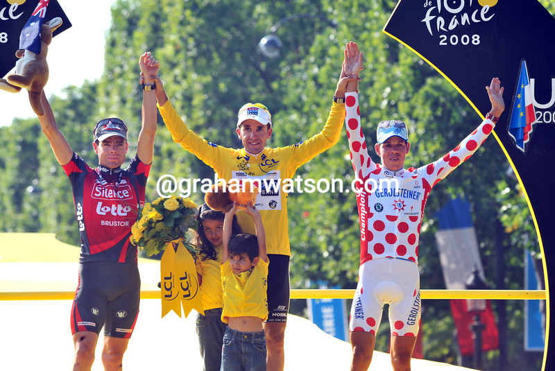 CARLOS SASTRE WITH CADEL EVANS AND BERNHARD KOHL AFTER THE 2008 TOUR DE FRANCE