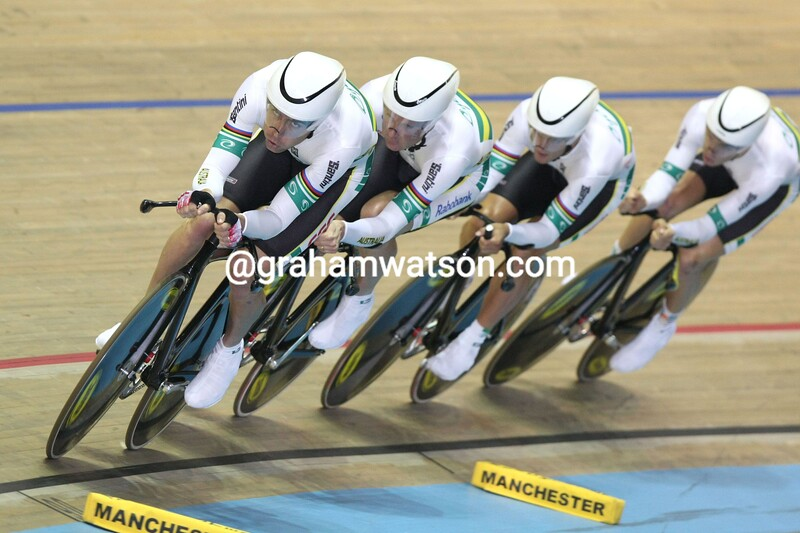 BRADELY MCGEE LEADS AUSTRALIA IN THE TEAM PURSUIT IN 2004