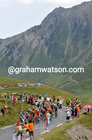 THE PELOTION CLIMBS THE COL DU TOURMALET ON STAGE SIXTEEN