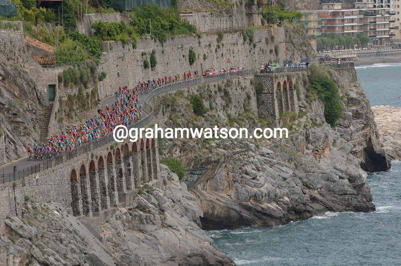 The peloton passes Amalfi on Stage 4 of the 2007 Giro d'Italia