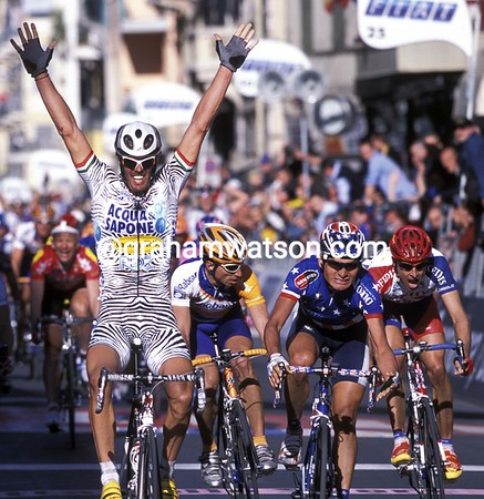 Mario Cipollini scores the biggest win of his great career in Milan San Remo, easily beating off the USA's Fred Rodriguez and Switzerland's Markus Zberg (in orange)